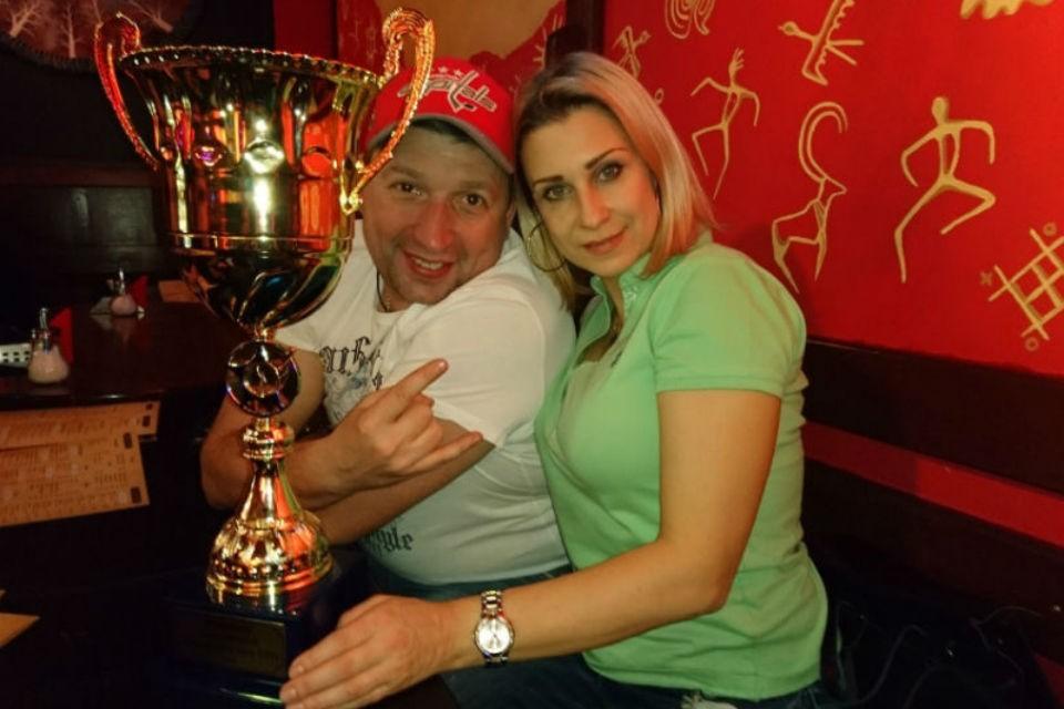 Муж Евгении Жариковой Сергей решил выйти на сцену, чтобы исполнить последнюю волю жены.