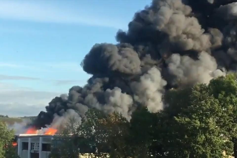 Пожарным не хватает воды для тушения возгорания