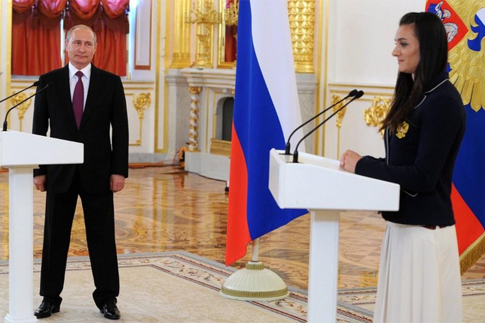 Елена Исинбаева во время каждой встречи с Владимиром Путиным рассказывает ему о проблемах в спорте. Фото: kremlin.ru