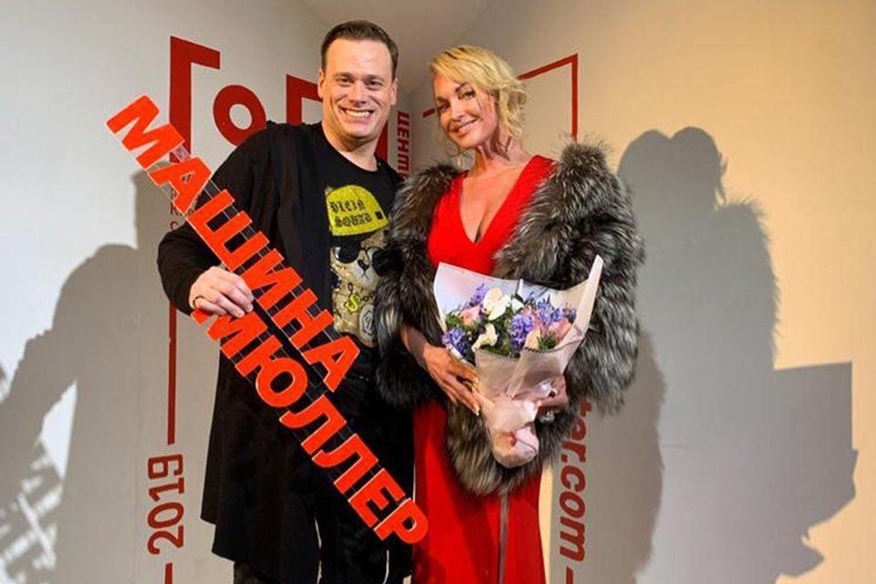 43-летняя артистка блистала в театре в роскошном вечернем красном платье с умопомрачительным декольте, в мехах и бриллиантах