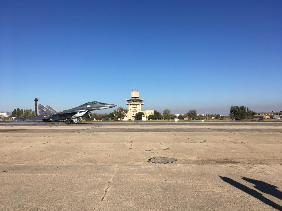 Многоцелевой истребитель МиГ -29КУБ отрабатывает посадку на палубу авианосца
