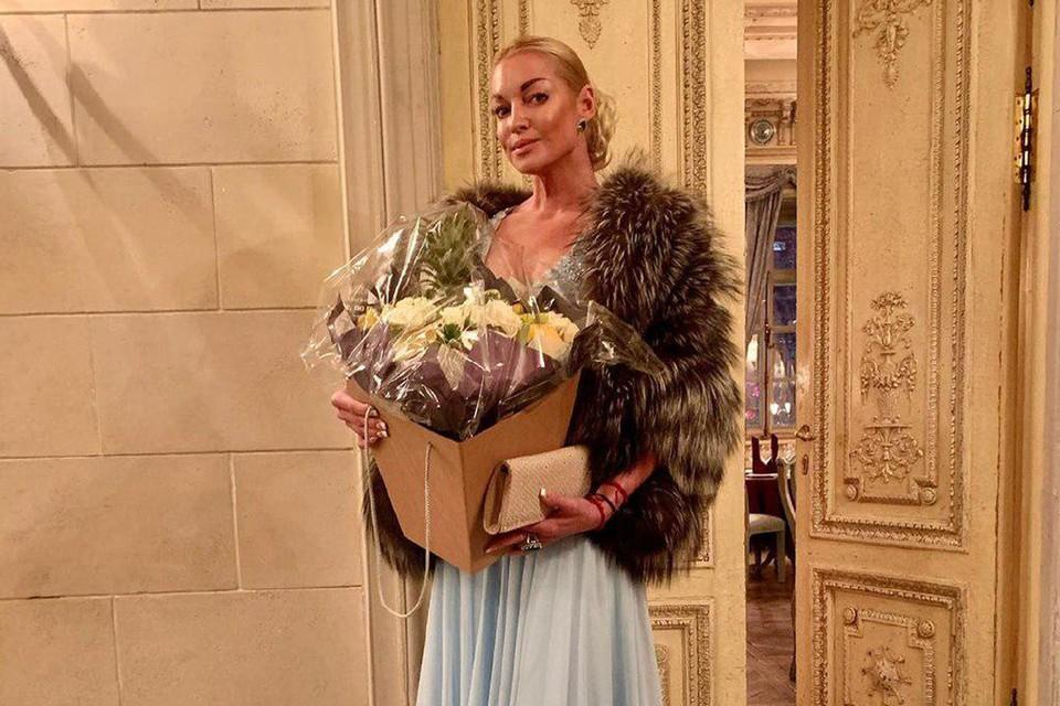 43-летняя танцовщица предстала в нежно-бирюзовом платье в пол с глубоким декольте