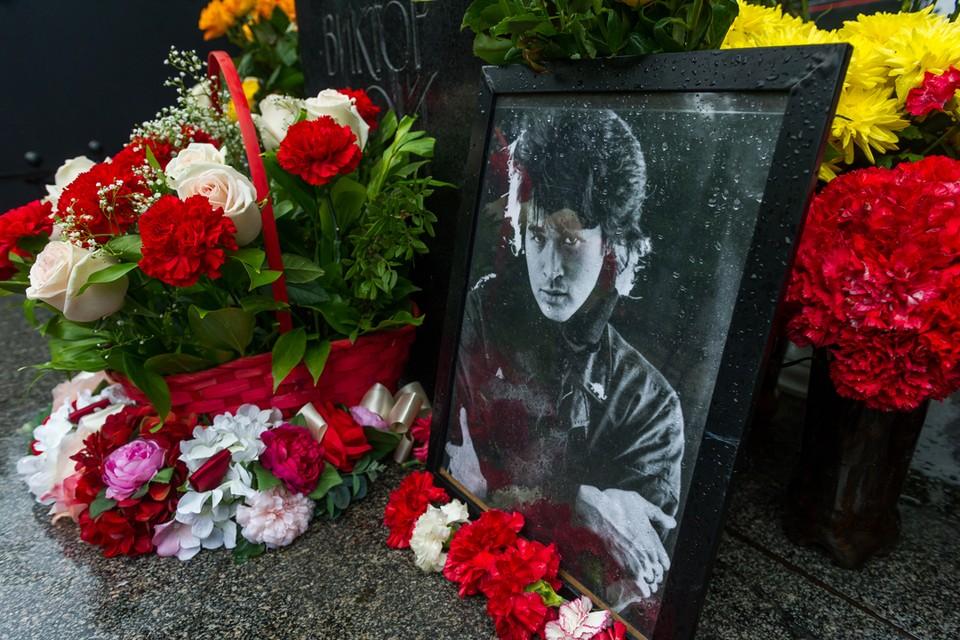 Могила музыканта Виктора Цоя на Богословском кладбище.