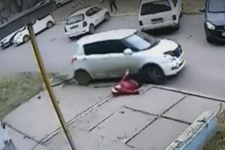 """Видео ДТП в Ангарске: водитель сбил пенсионерку, переехал ее и скрылся. Фото: """"ДТП 38RUS"""""""