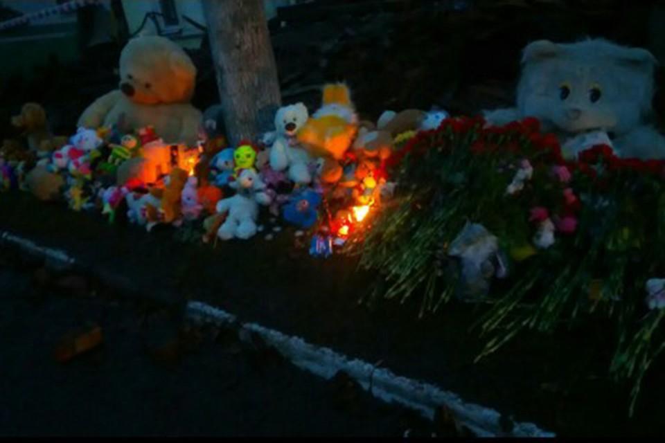 Город не может опомниться от горя, к дому несут цветы, свечи и детские игрушки. Фото: ПРВ/vk.com