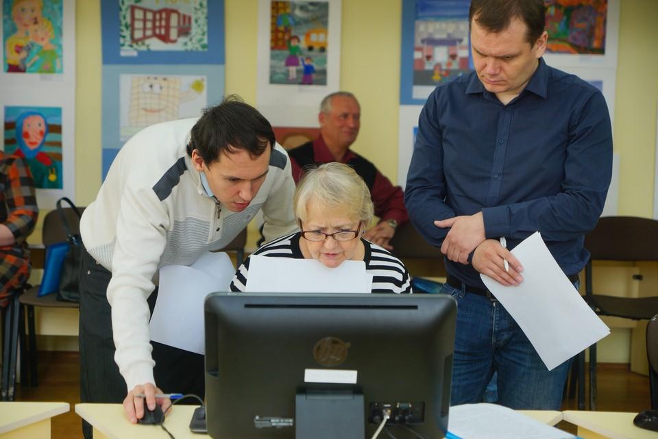 Людей старшего возраста учат высококвалифицированные специалисты по международным стандартам.