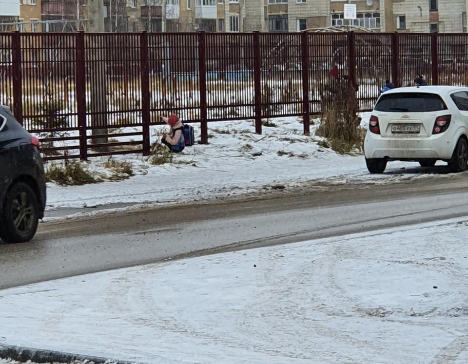 """Ухтинские школьники вынужденно пролезают под забором. Фото из паблика информационной программы """"День"""""""
