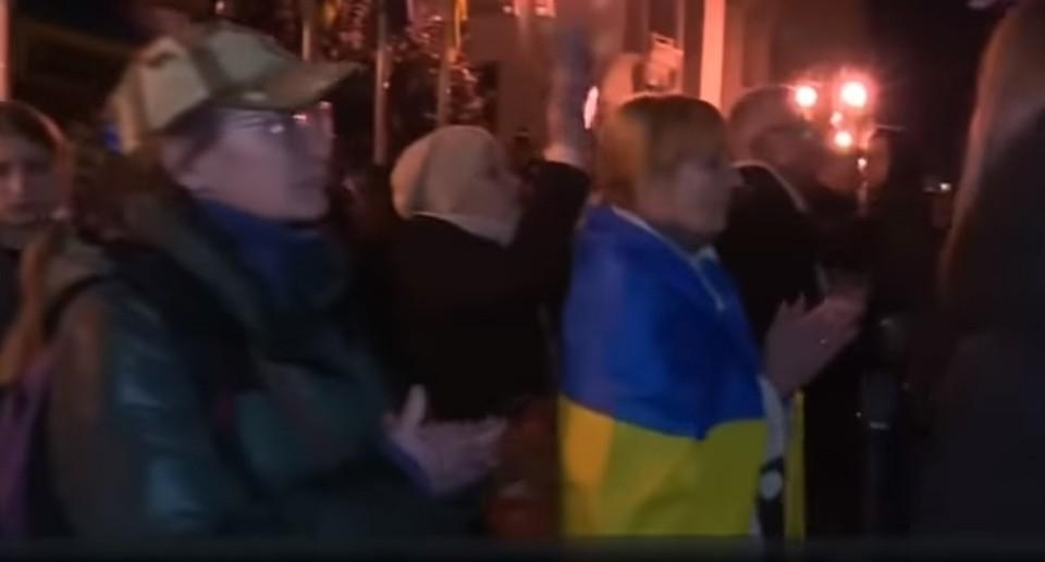 Люди протестуют против разведения сил в Донбассе