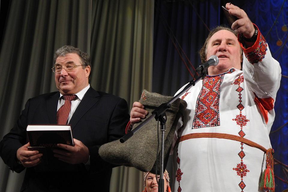 Когда-то Саранск жил на широкую ногу (справа - актер Жерар Депардье в мордовской рубахе, слева - глава Мордовии Владимир Волков), теперь Мордовии приходится за это платить.
