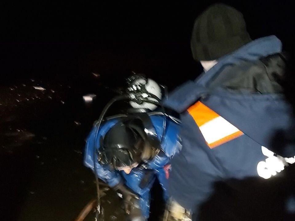 Тело ребенка достали водолазы. Фото Саратовской областной службы спасения