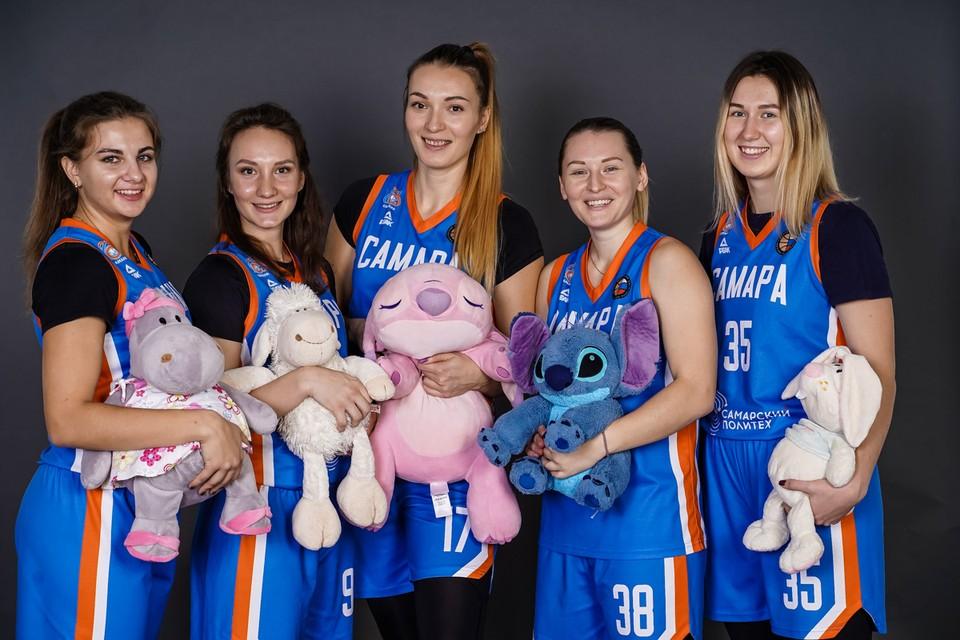 Очаровательные баскетболистки «Самары» со своими плюшевыми игрушками.