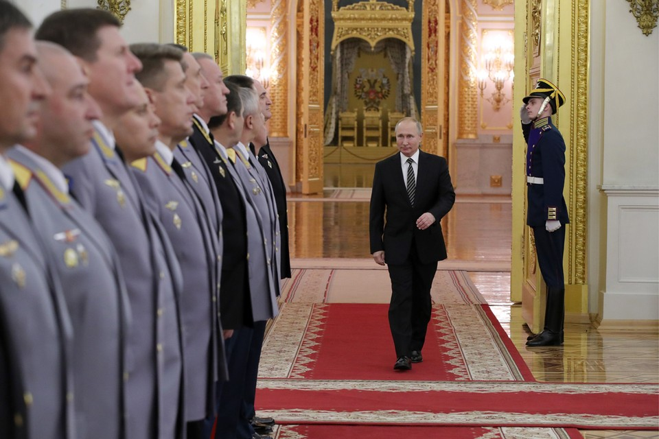 Президент России Владимир Путин во время церемонии представления офицеров, назначенных на высшие должности, в Георгиевском зале Большого Кремлевского дворца. Фото: Михаил Климентьев/ТАСС