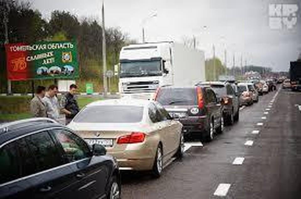 Автомобильные очереди на выезд из Беларуси продолжают расти.