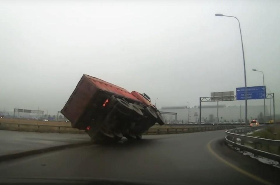 По словам очевидцев, водитель самосвала отделался ушибами и порезом руки. Фото: vk.com/spb_today
