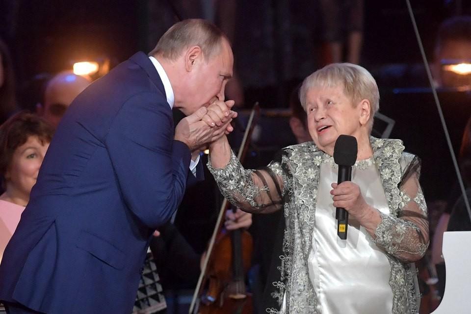 """""""Ваша музыка проникает в самую душу"""": Путин поздравил Пахмутову с юбилеем на сцене Большого театра"""