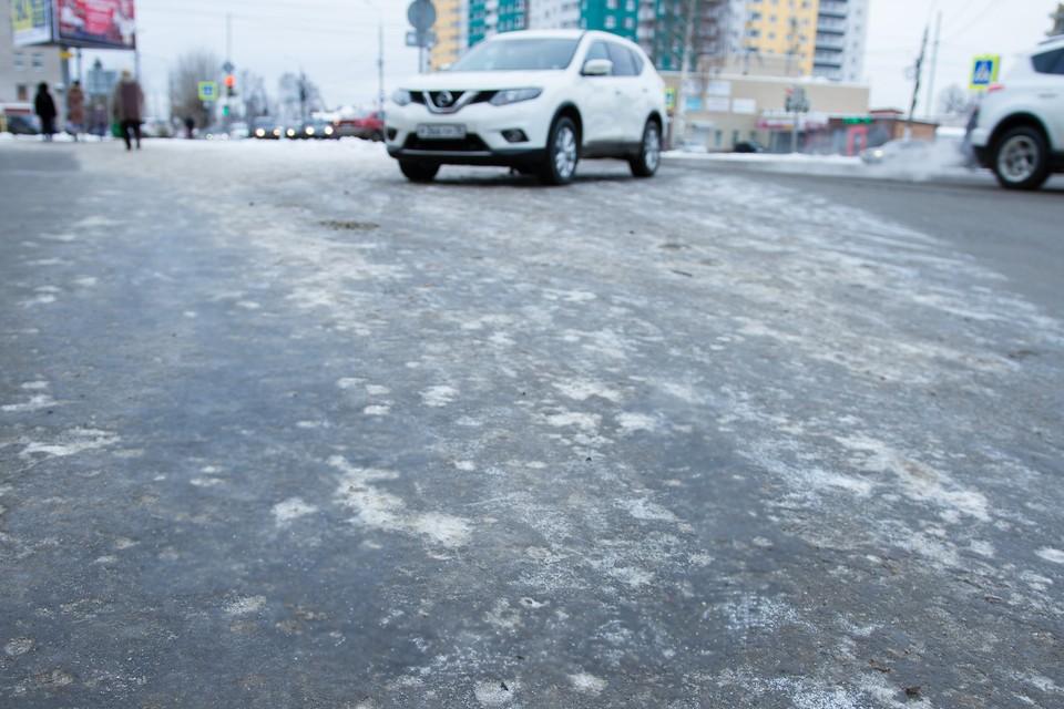 Одну тонну реагентов израсходовали городские власти за сутки, чтобы растопить наледь на дорогах