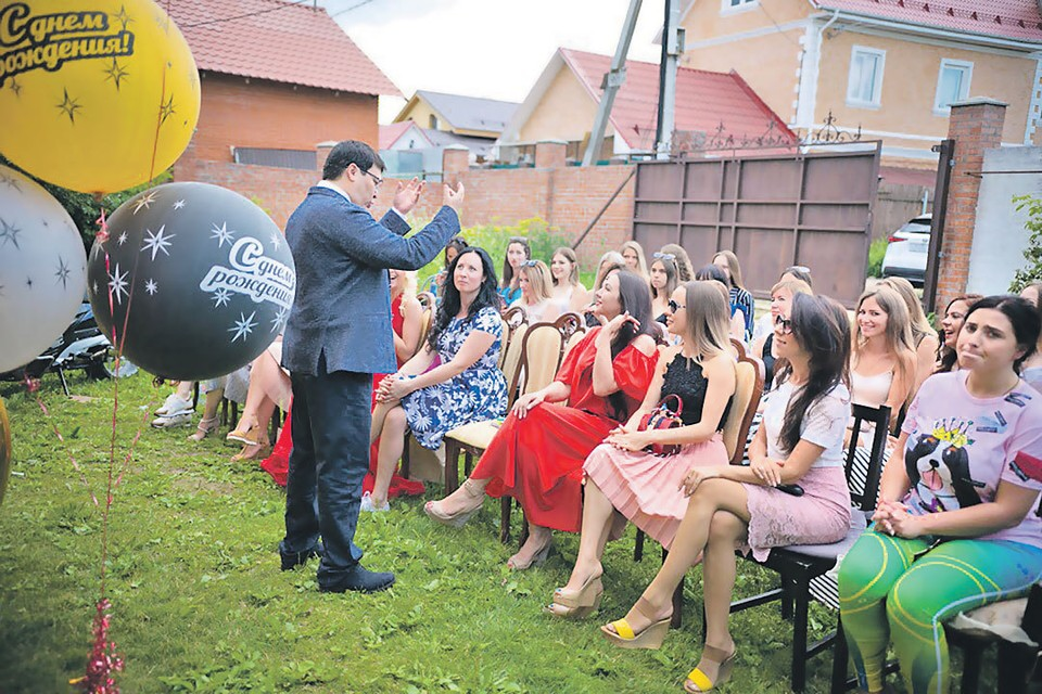 Маэстро устраивал тренинги, где сам «дирижировал хором невест». Фото: vk.com