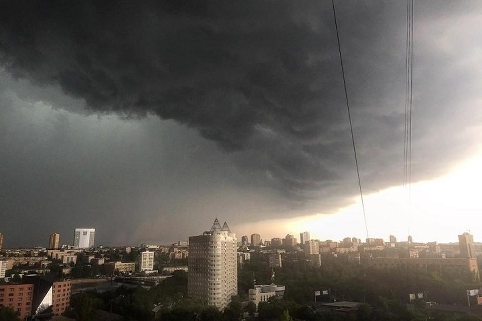 Во время шторма нельзя ходить рядом с кранами, линиями электропередач и ветхими зданиями. Фото: zi.ua