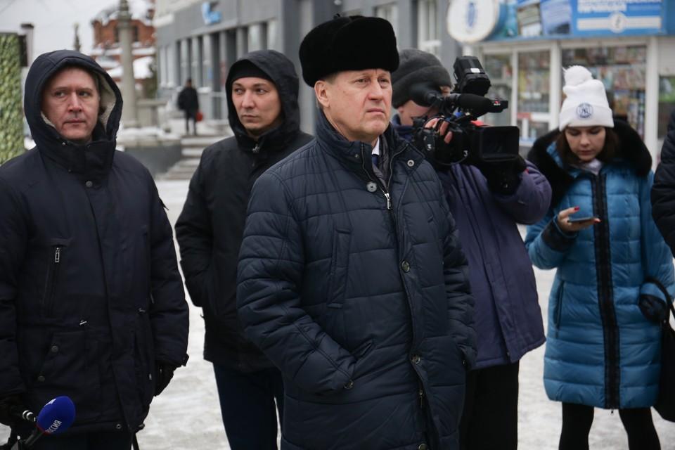Анатолий Локоть принимает доклад Романа Дронова.