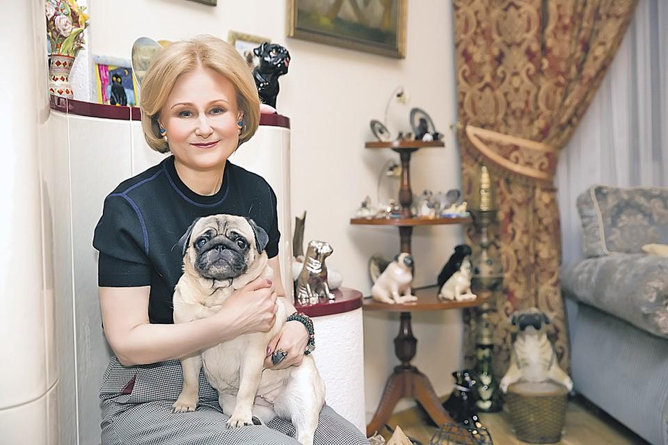 Дома у писательницы пять живых собак и целая куча - сувенирных. Фото: Личный архив