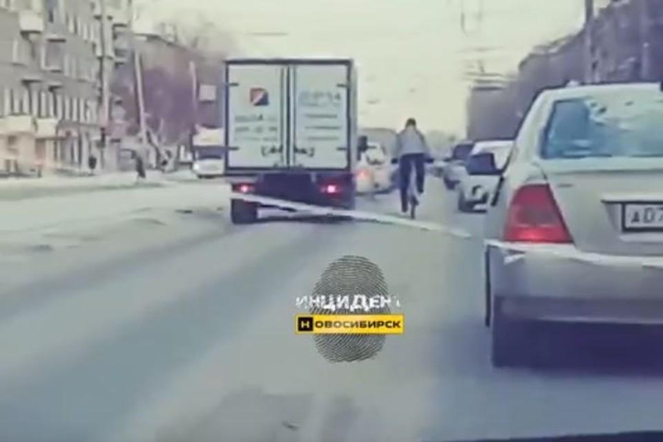 Парню ни по чем сибирский мороз. Фото: «Инцидент Новосибирск».