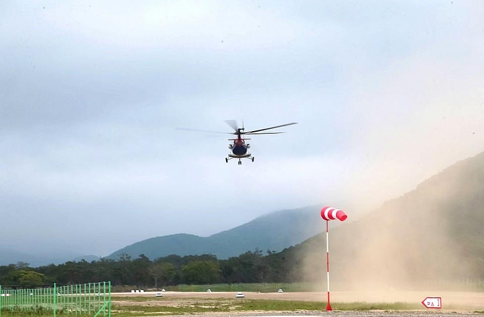 一架直升机现在经常飞往马来亚KEMA的海滨村庄
