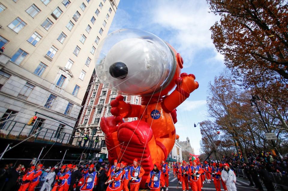 Нью-Йорк заполнили гигантские динозавры, мультяшки и звезды: в мегаполисе прошел парад воздушных шаров