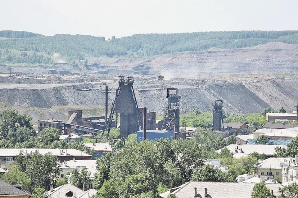 Типичный пейзаж Киселевска. Угольный разрез прямо у стен жилых домов. Город угораздило вырасти на жирном месторождении самого дорогого, коксующегося угля. Фото: youtube.com