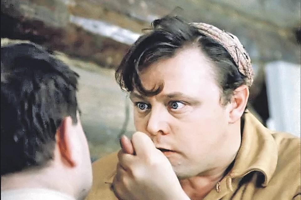 Он мог вписываться в круг гоголевских или чеховских персонажей, а мог продавать пиво в комедии Гайдая «Не может быть!» (1975). Фото: Кадр из фильма
