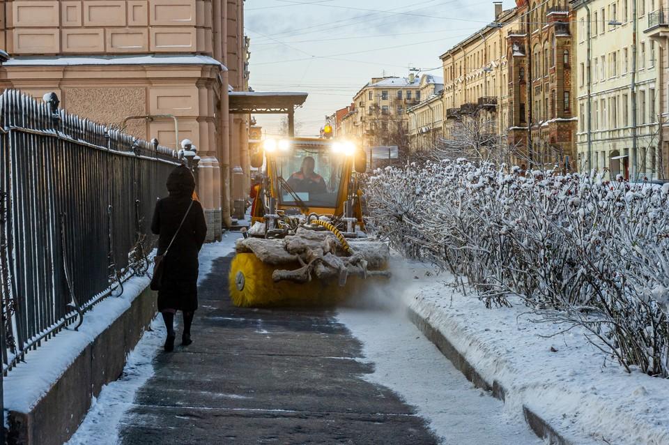 Коммунальщики Петербурга справляются с последствиями первого снегопада.