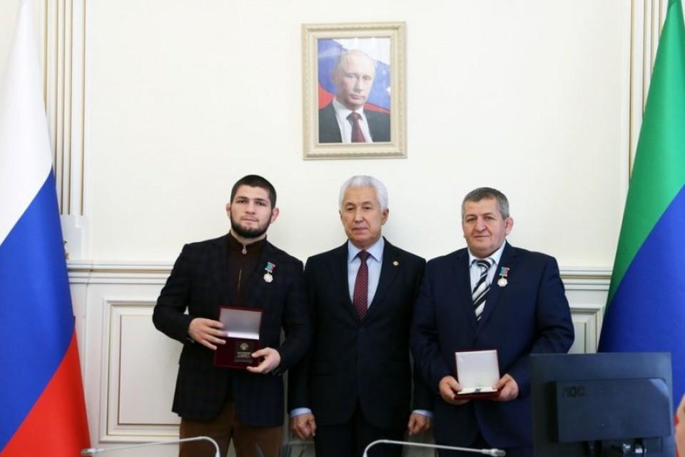 Награждение Нурмагомедовых Васильевым. Фото: пресс-служба главы Дагестана