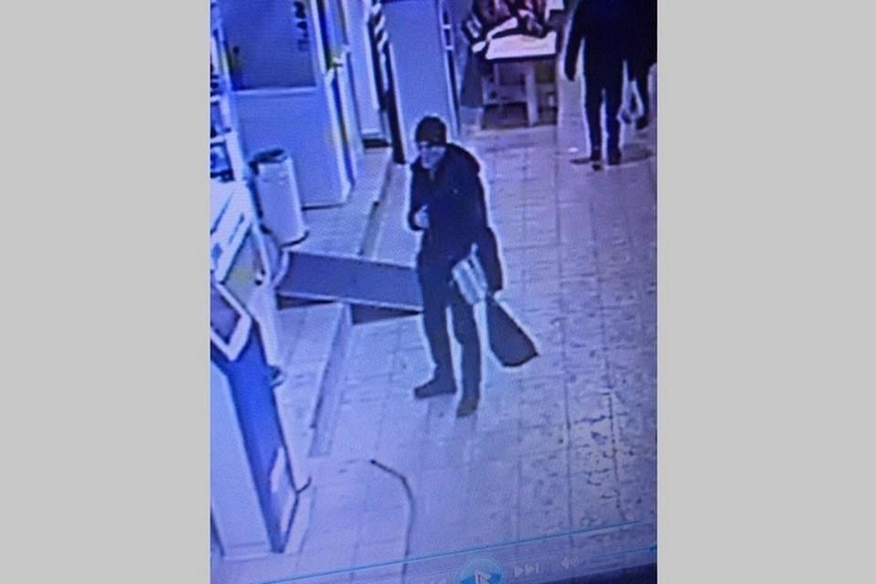 В Красноярск в торговом центре молодой человек украл 25 губных помад. Стоп-кадр видео