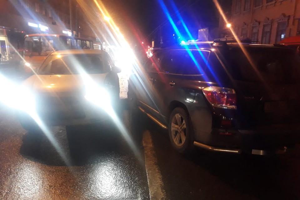 Иномарка после массового ДТП вылетела на тротуар в группу детей в Нижнем Новгороде