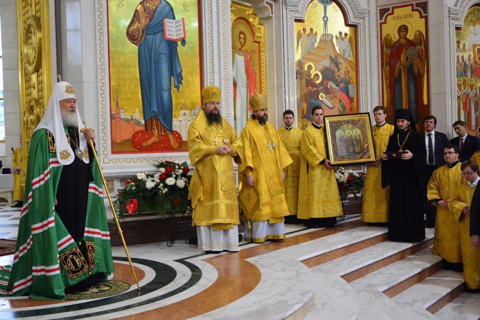 Передача иконы святителей Московских