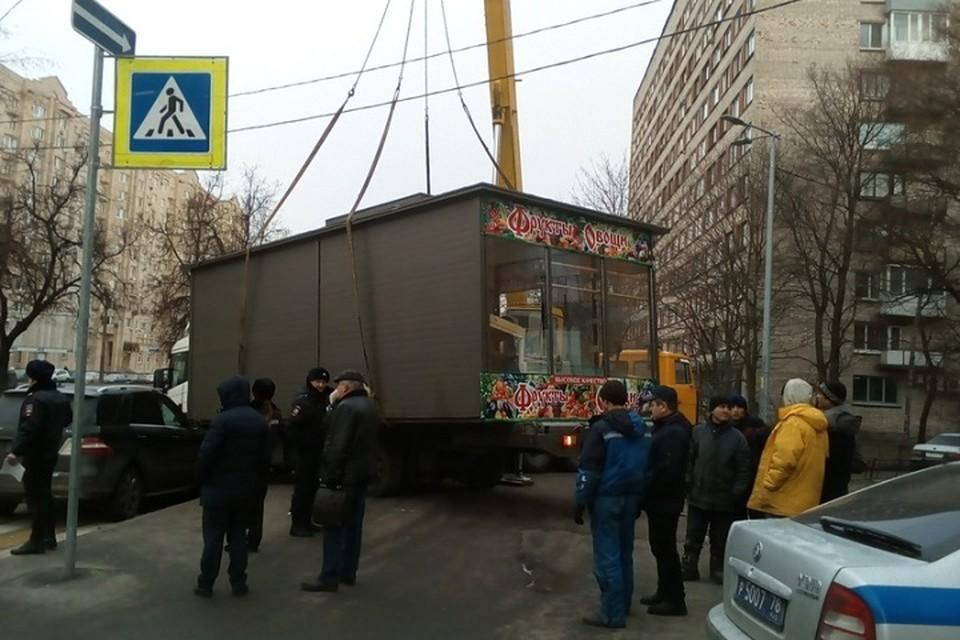 Бизнесмены пытаются отвоевать овощной ларек у полиции на Гражданском проспекте в Петербурге