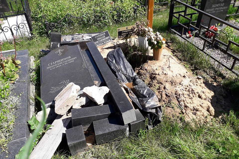 Еще в мае могила Николая Старшинова выглядела так, будто пережила прямое попадание снаряда. Фото: Виктор МУРЗИН