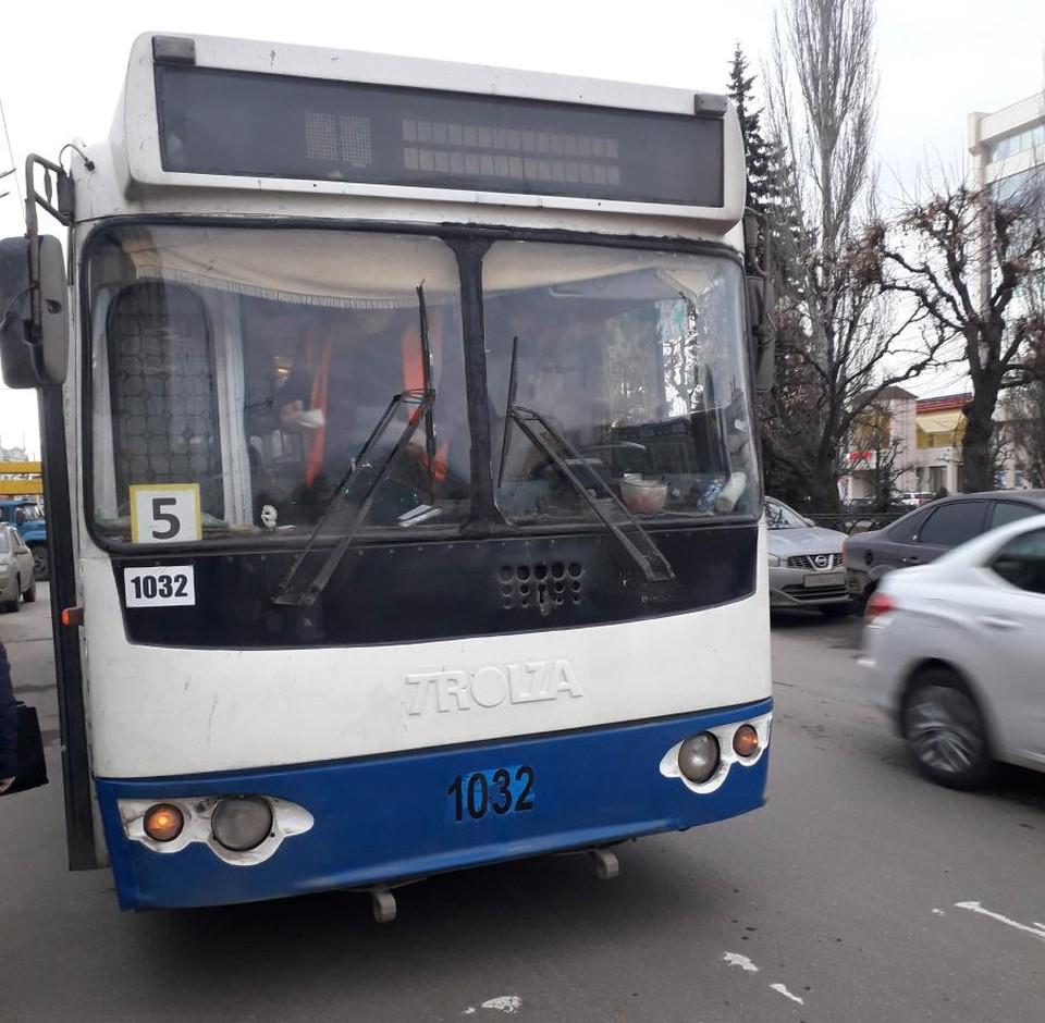 Женщина не удержалась на ногах, когда троллейбус затормозил