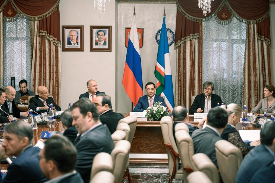 Айсен Николаев (в центре) считает, что Арктика должна стать тем регионом, где людям хочется жить счастливо, богато и достойно. Фото: правительство республики Саха (Якутия)