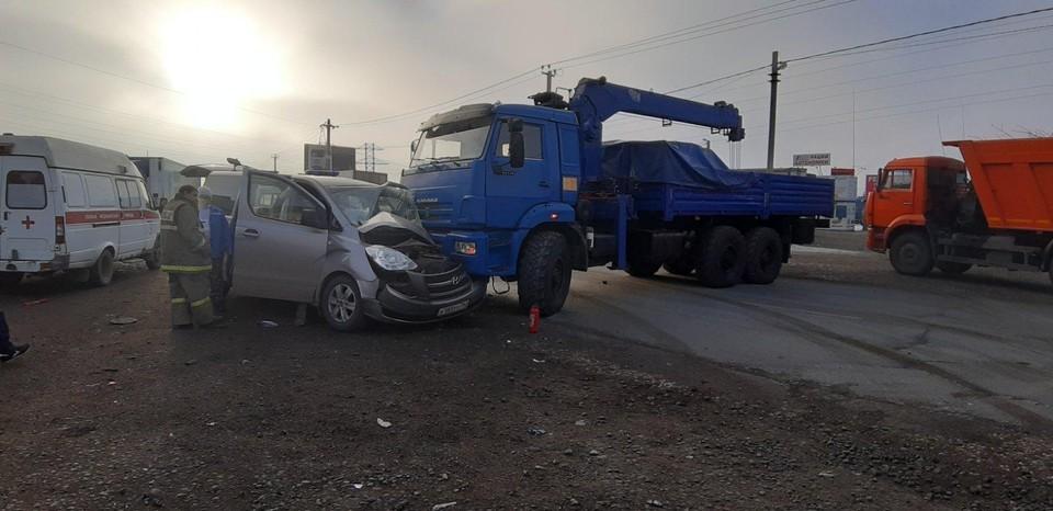 Невнимательный водитель грузовика едва не раздавил легковушку