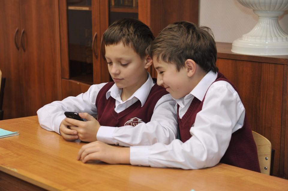 Например, в гимназии №11 теперь запрещено громко разговаривать по телефону