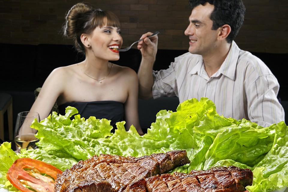 Горячие блюда не усугубляйте сыром и майонезом, сметаной или панировкой. Вкусные мясо и рыбу можно приготовить с овощами