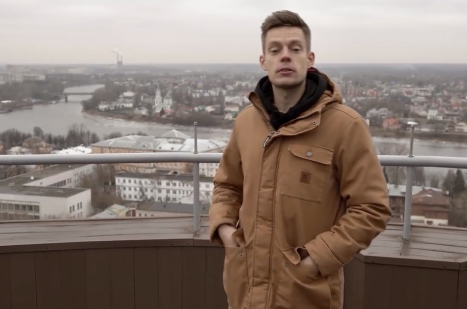 Журналист Юрий Дудь в Твери записал сюжет о «Рюмке». Фото: кадр с видео YouTube/ канал «ВДудь»
