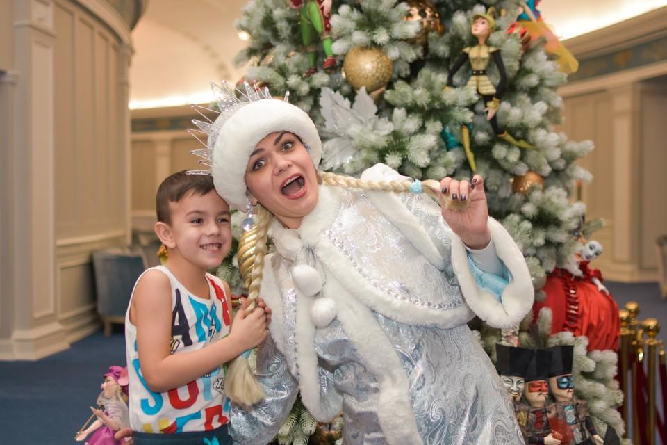 Дети любят подергать Снегурочку за косы.