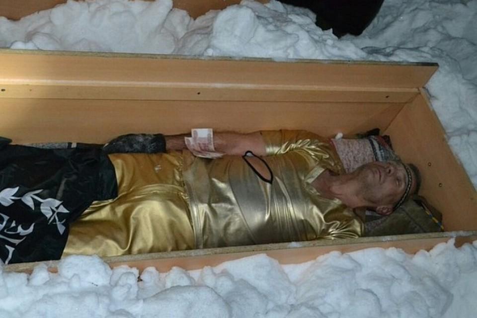 В деревянном саркофаге под слоем снега Повелитель холода провел 12 часов.