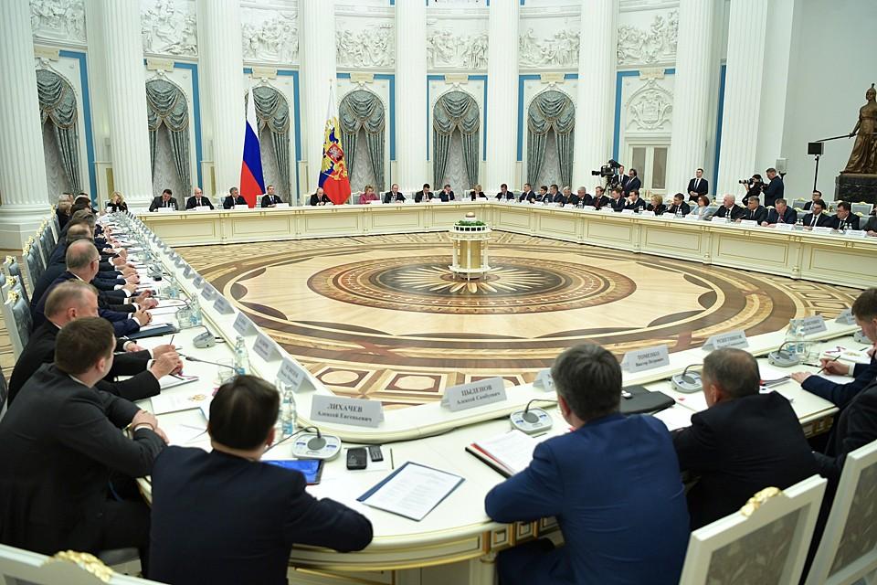 За огромным столом сидели министры, отвечающие за нацпроекты, вице-премьеры, курирующие сразу несколько из них и готовящиеся отчитываться. Фото: Алексей Никольский/ТАСС