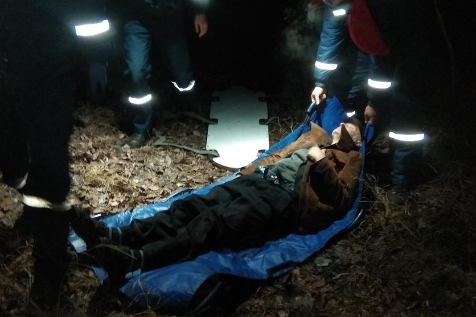 Мужчину на носилках спустили из урочища и передали в руки медиков. Фото: пресс-служба МЧС по РК