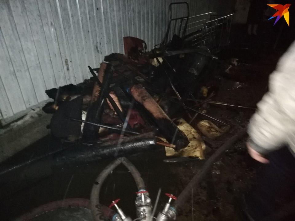 На сгоревшем складе продолжают разбирать завалы. Фото Алексея Юмашева