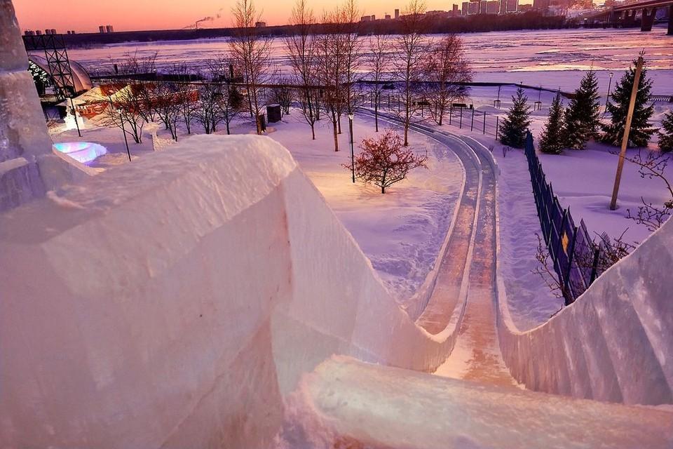 От некоторых горок в ледовом городке захватывает дух. Фото: Андрей ЧЕРДАКОВ.