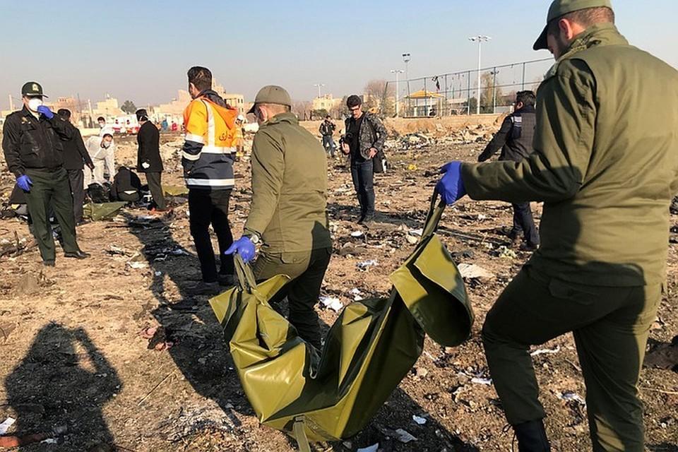 Спасатели на месте продолжают искать останки погибших.