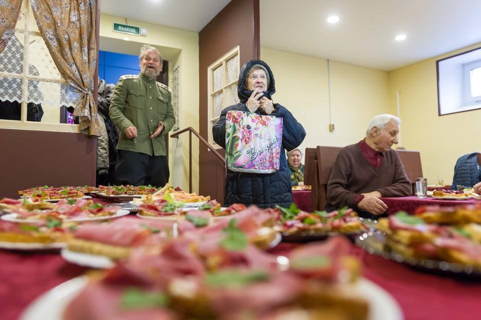 Бесплатные обеды – настоящий подарок для сотен стариков, которые живут на крошечную пенсию.